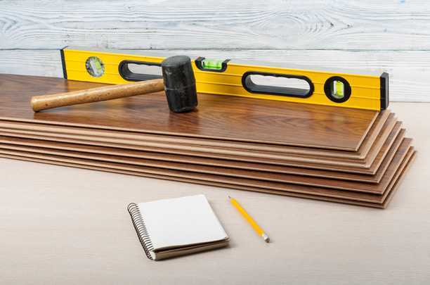 Самостоятельная укладка ламината на деревянный пол: на чем нельзя экономить