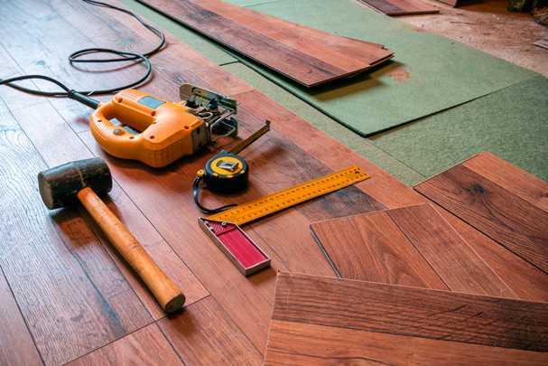 Как легко и просто постелить ламинат на деревянный пол: подробная инструкция со всеми нюансами