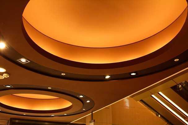Натяжные одноуровневые потолки двух цветов 22