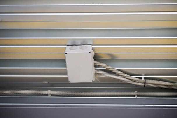 Проводка под натяжным потолком: делаем так, чтобы не переделывать