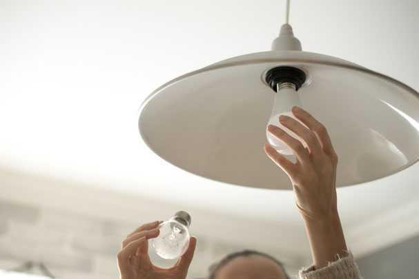 Как правильно выкрутить лампочку из подвесного потолка?
