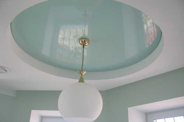 Как правильно повесить люстру на натяжной потолок своими руками?