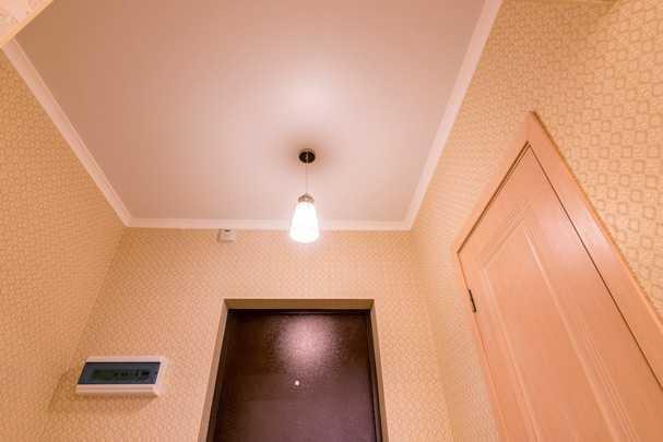 Что сначала: обои или натяжной потолок — актуальный строительный вопрос