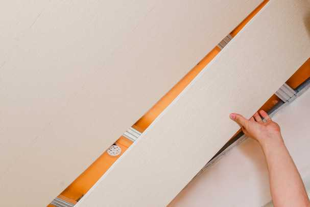 Как сделать потолок из пластиковых панелей ПВХ: практичное решение, которое не везде уместно