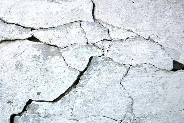 Почему трескается штукатурка на стенах, и как бороться с этой напастью?