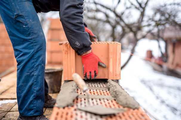 Добавки в раствор для кладки кирпича — особенности работы зимой