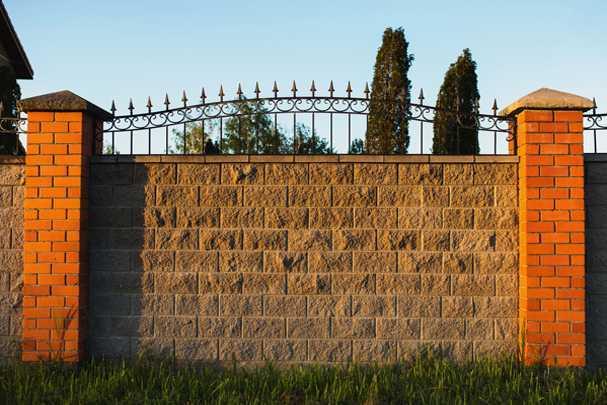 Забор из кирпича своими руками — ограждаем участок от посторонних взглядов