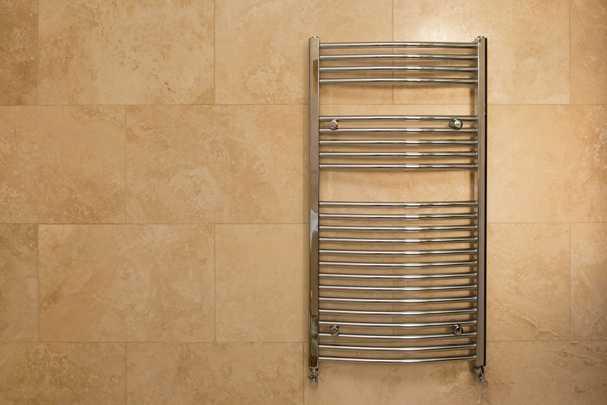 Как произвести замену старого полотенцесушителя в ванной без лишних трат